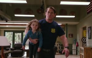 """John Cena é bombeiro trapalhão em trailer de """"Playing With Fire"""", sua nova comédia"""