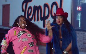 """Lizzo e Missy Elliott arrasam fazendo twerk no clipe ostentação de """"Tempo"""""""