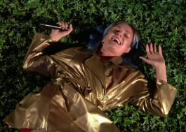 """Com figurino dourado e cercada pela natureza, Tove Lo faz live de """"Glad He's Gone"""" na TV"""