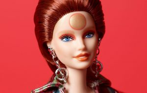 Mattel lança Barbie inspirada em Ziggy Stardust, clássico personagem de David Bowie!