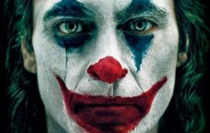 "Sombrio! Joaquin Phoenix estampa capa de revista italiana como o ""Coringa"""