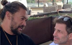"""Jason Momoa diz ter assistido a """"Snyder Cut"""" de """"Liga da Justiça"""" e presenteia diretor"""