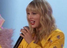 """Taylor Swift canta, lê trechos de diário e revela detalhes de """"Lover"""" em live no YouTube"""