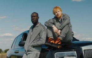 "Todo motorizado, Ed Sheeran lança clipe para remix de ""Take Me Back To London"""