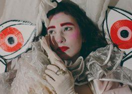 """YMA parte em busca do amor próprio no clipe conceitual de """"Colapso Invisível"""""""