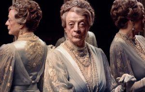 """Maggie Smith tá superelegante nas novas fotos do filme de """"Downton Abbey"""""""