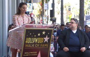 Guillermo Del Toro recebe estrela na calçada da fama com discurso de Lana Del Rey
