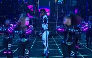 """No VMA, Lil Nas X arrasa na coreografia na apresentação toda futurista de """"Panini""""!"""