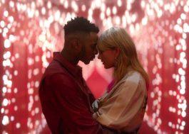 """Taylor Swift vive romance em casa de bonecas no clipe de """"Lover"""" <3"""