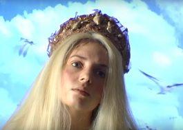 """Maya Hawke, de """"Stranger Things"""", aparece vestida de sereia em seu primeiro clipe"""