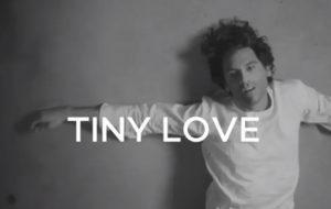 """Mika reflete sobre o próprio passado em teaser do clipe de """"Tiny Love"""""""