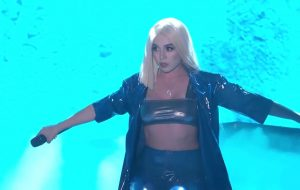 "Ava Max canta ""So Am I"" no programa Jimmy Kimmel e arrasa na coreografia!"