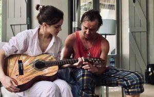 Tom Felton ensina Emma Watson a tocar violão <3
