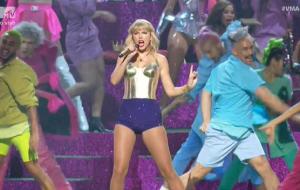 """No VMA, Taylor Swift leva drags pro palco e canta """"Lover"""" ao vivo pela 1ª vez"""