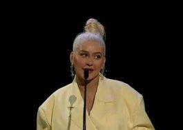 """Christina Aguilera recebe homenagem e canta tema de """"Mulan"""" durante convenção da Disney"""