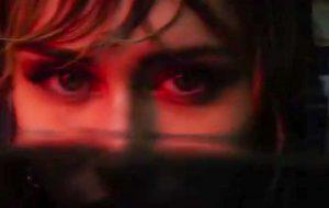 """Miley Cyrus aparece embaixo d'água no teaser do clipe de """"Slide Away"""""""