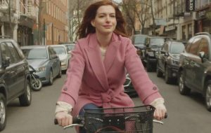 "Anne Hathaway, Tina Fey e Dev Patel vivem histórias de amor no trailer de ""Modern Love"""