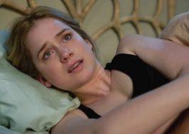 """Elizabeth Lail, de """"Você"""", é perseguida em trailer do filme de terror """"Countdown"""""""