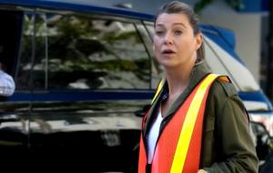 """Meredith faz serviço comunitário em novo teaser da 16ª temporada de """"Grey's Anatomy"""""""