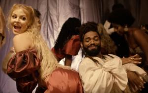 """Heavy Baile e Luísa Sonza fazem baile funk na era vitorina no clipe de """"Cavalgada"""""""
