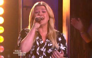 """Kelly Clarkson faz cover de """"Ain't No Other Man"""" e recebe Christina Aguilera em seu talk show"""