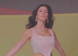 """Marina lança clipe fofinho para a versão acústica de """"True"""""""
