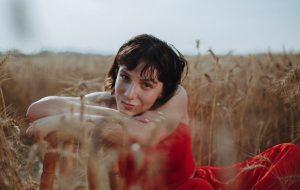 Priscilla Alcantara fala ao Papelpop sobre saúde mental, novo EP e indicação ao Grammy Latino