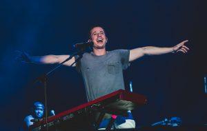 Charlie Puth mostra todo seu carisma e talento no piano no Rock in Rio 2019