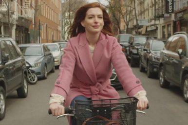 "Anne Hathaway em ""Modern Love"" (Reprodução)"