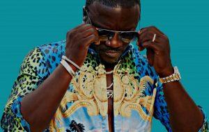 """Akon lança """"El Negreeto"""", albúm que tem parcerias com Anitta, Becky G e mais!"""