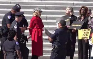 Jane Fonda é presa durante protesto de ativistas ambientais nos Estados Unidos