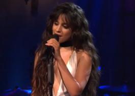 """Camila Cabello canta """"I'll Never Love Again"""" no chuveiro e arrasa nos vocais!"""