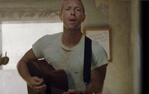 """Coldplay mostra bastidores da composição de """"Orphans"""" em seu clipe!"""