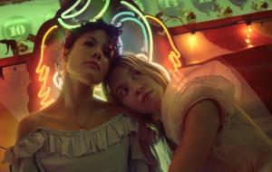 """Halsey curte parque de diversões com a crush imaginária no clipe oficial de """"Graveyard"""""""
