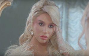 """Kesha denuncia violência doméstica e vira fugitiva em seu clipe de """"Raising Hell"""""""