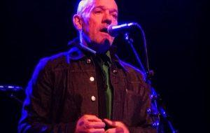 Michael Stipe, ex-líder do R.E.M., anuncia primeiro single solo após o fim da banda