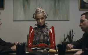 """Poppy incendeia empresários no clipe de """"I Disagree"""""""