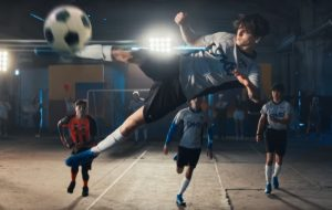 "PrettyMuch e CNCO jogam partida de futebol no clipe de ""Me Necesita"""