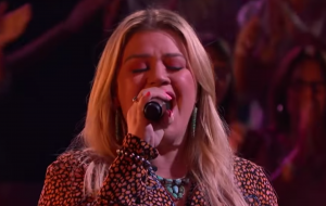 "Kelly Clarkson faz cover emocionante de ""What About Us"", música da Pink"