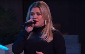 """Kelly Clarkson agita plateia de seu talk show com cover de """"Delicate"""", música da Taylor Swift"""