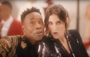 "Idina Menzel e Billy Porter cantam na neve no clipe de ""I Got My Love To Keep Me Warm"""