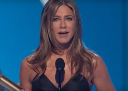 "Jennifer Aniston é homenageada no People's Choice Awards e dedica prêmio a ""Friends"""