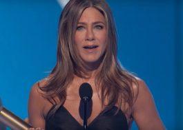 """Jennifer Aniston é homenageada no People's Choice Awards e dedica prêmio a """"Friends"""""""