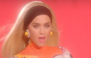 "Katy Perry está bem motoqueira no vídeo vertical de ""Harleys In Hawaii"""