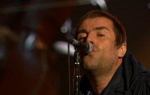 "Liam Gallagher canta ""Wonderwall"" no palco do MTV EMA"