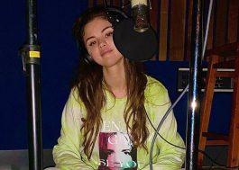"""Selena Gomez publica novas fotos no estúdio: """"Ainda aqui"""""""