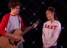 """Elenco da série de """"High School Musical"""" canta clássicos dos filmes na televisão!"""