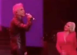 """Christina Aguilera e Alejandro Fernández cantam """"Hoy Tengo Ganas de Ti"""" em show"""