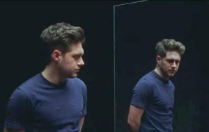 "Niall Horan está triste no clipe de ""Put A Little Love On Me"""