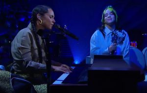 "Alicia Keys e Billie Eilish cantam ""Ocean Eyes"" no programa do James Corden"